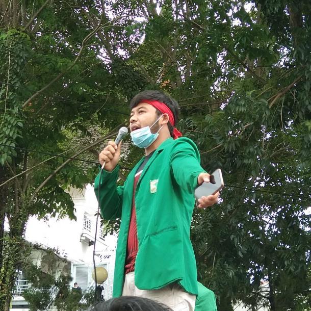 Gelar Orasi, Aliansi BEM-SB Bacakan Puisi Untuk Wakil Rakyat