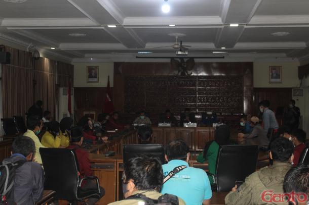 Audiensi dengan DPRD Kota Bukittinggi, Mahasiswa Layangkan...
