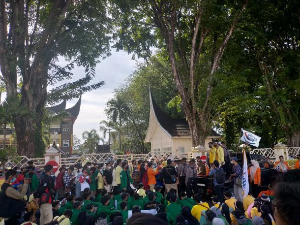 Aliansi BEM Sumbar Gelar Aksi, Pagar Kantor Gubernur Ditutup