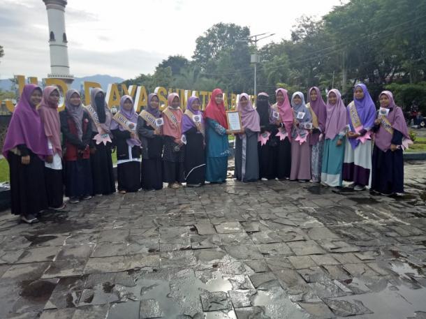 Aksi Berbagi Jilbab Meriahkan Gerakan Menutup Aurat