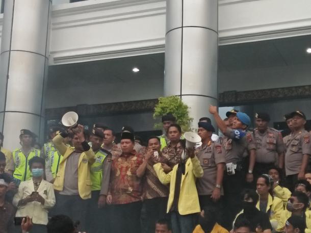 Tanggapi Tuntutan Mahasiswa, Anggota DPRD Siap Berangkat ke...