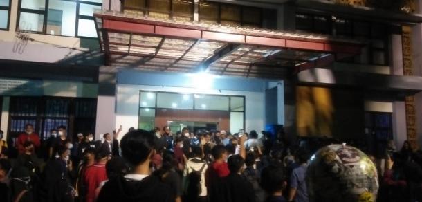 Bentrokan Antara Satpam dan Mahasiswa Terjadi, Gedung PKM...