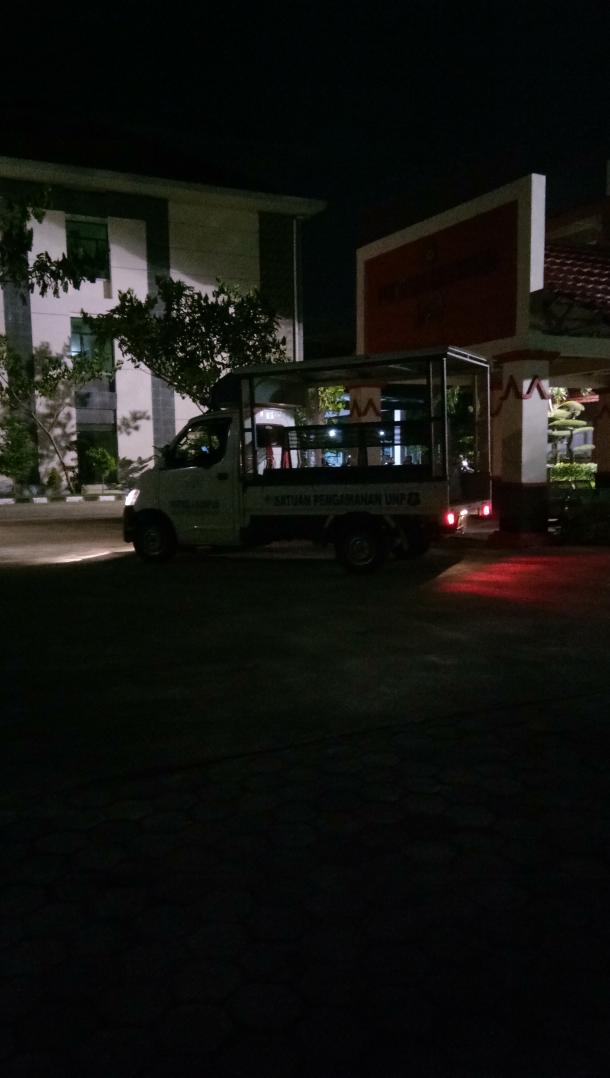 Petugas Keamanan UNP Menertibkan Aktivitas Mahasiswa di Kawasan Kampus