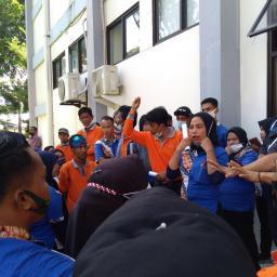 Aksi Tuntutan THR Pegawai Kebersihan UNP