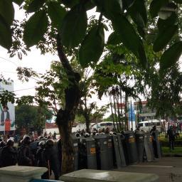 Aksi Tolak Omnibus Law Tuai Ricuh, Polisi Lemparkan Gas Air Mata