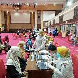 Persiapan Kuliah Tatap Muka, Seluruh Tendik dan Dosen UNP Divaksinasi